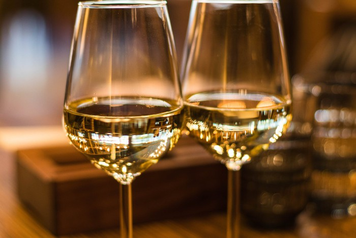 Frankovka modrá Račianska frankovka patrí k najznámejším račianskym vínam, kedysi známa aj ako Lampart, Limburské, alebo Francula. Jej liečivé účinky využívali už v stredoveku na liečbu reumatických a horúčkových ochorení. Dobrá povesť Frankovky sa dostala až na cisársky dvor a cisárovná Mária Terézia ju následne dekrétom v roku 1767 uznala za víno hodné cisárskeho stola. Dekrét vína hodného cisárskeho stola dostala Račianska frankovka vďaka tomu, že vyliečila samotnú panovníčku z dlhej choroby. Od tých čias nikdy nesmela chýbať na cisárskej tabuli. Charakteristika: Mäkká, harmonická, ovocná jemná vôňa po prezretých čerešniach, kôstkovina, s tónmi slivky. V chuti mäkké, ušľachtilé, šťavnaté ovocné s krásnou dochuťou. Gastro: Hovädzina,divina s ovocnými omáčkami a hubami,teľacina,strednodobo a dlhodobo zrejúce syry, prošúto klasicky vyzrievané.Dezerty krémové, tmavá čokoláda, ovocie (nie príliš sladké). Podávame pri teplote 16-18 °C